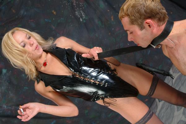 blonde domina erniedrigt ihren sklaven